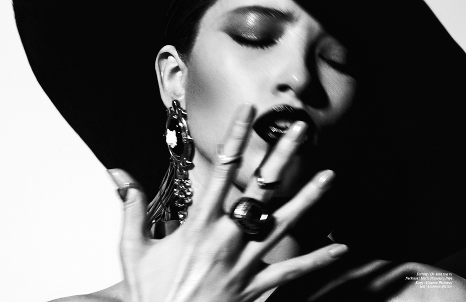 Earring / On Aura tout vu Necklace / Maria Francesca Pepe Rings / Vivienne Westwood Hat / Laurence Bossion
